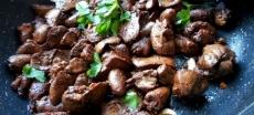 Потрошки куриные тушёные в сливочном соусе